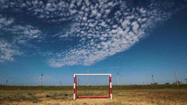 Kombinasi gawang dan pemandangan yang ada di Desa Pribrezhnoye,Crimea, menciptakan imaji tersendiri. (REUTERS/ Pavel Rebrov)