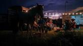 Cahaya memenuhi langit sore sementara para koboi dari lembah Rio Grande memasang tenda-tenda di Bandera, Texas. (REUTERS/Adrees)