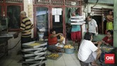 Dua minggu jelang Lebaran, permintaan kue kering meningkat di pasar. Salah satu produsen kue kering di Pusaka Kwitang pun mulai sibuk melayani pesanan. (CNN Indonesia/ Hesti Rika)