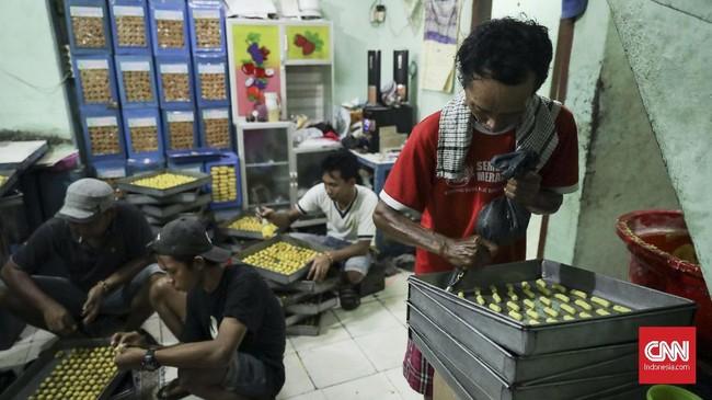 Ujang, pemilik kue kering Pusaka Kwitang, menuturkan bahwa usahanya hanya memproduksi kue saat menjelang lebaran dan bila hanya ada pesanan dalam jumlah besar saja. (CNN Indonesia/ Hesti Rika)