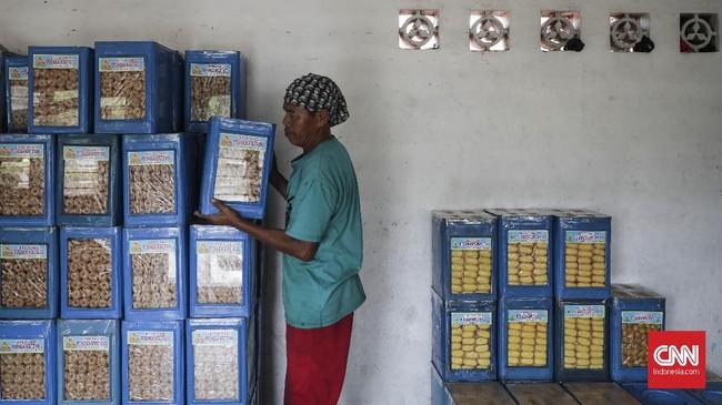Kue kering Pusaka Kwitang dipasarkan grosir dengan harga bervariasi mulai dari harga Rp400 ribu- Rp550 ribu per kaleng atau dijual per kilogramnya mulai Rp70 ribu hingga Rp80 ribu. (CNN Indonesia/ Hesti Rika)