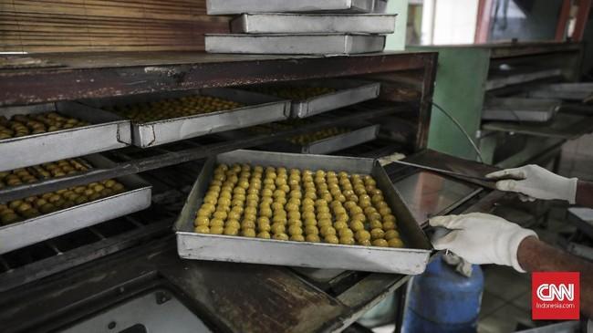 Dalam sehari industri rumahan kue kering Pusaka Kwitang ini bisa memproduksi hingga 30 kaleng besar. (CNN Indonesia/ Hesti Rika)