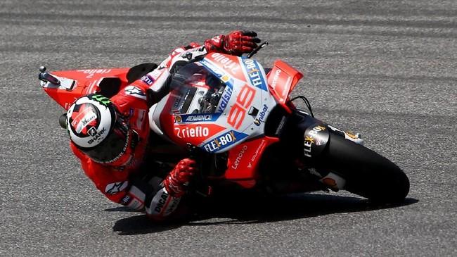 Jorge Lorenzo meraih start yang bagus pada balapan MotoGP Italia 2018. Memulai balapan dari posisi kedua, Lorenzo langsung menyodok ke posisi pertama sejak tikungan pertama. (REUTERS/Alessandro Bianchi)