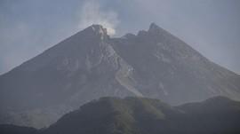 Gunung Merapi Mengeluarkan Guguran Lava Pijar