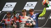 Dua pebalap asal Italia dan dua pebalap tim pabrikan Italia merayakan sukses balapan MotoGP Italia 2018 di Sirkuit Mugello. (REUTERS/Alessandro Bianchi)