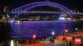 Jembatan di Sydney yang dihias instalasi lampu dalam Vivid Sydney 2018.