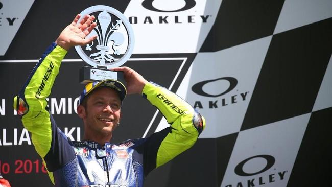 Valentino Rossi kembali naik podium di MotoGP Italia setelah kali terakhir terjadi pada musim 2015. Finis ketiga membuat Rossi naik ke posisi dua klasemen sementara MotoGP 2018 terpaut 23 poin dari Marc Marquez. (REUTERS/Alessandro Bianchi)