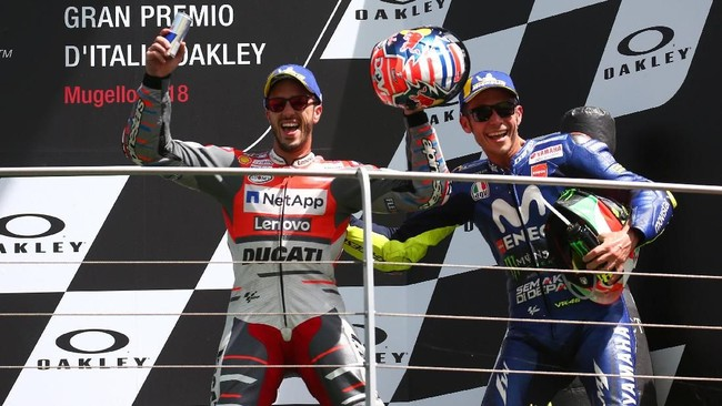 Valentino Rossi merayakan podium MotoGP Italia 2018 bersama pebalap Ducati Andrea Dovizioso. Dovizioso kembali naik podium sejak menang di MotoGP Qatar pada awal musim. (REUTERS/Alessandro Bianchi)