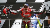 Jorge Lorenzo merayakan kemenangan MotoGP Italia 2018. Ini adalah kemenangan pertama Lorenzo di MotoGP bersama Ducati. (REUTERS/Alessandro Bianchi)