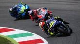Valentino Rossi yang start dari pole harus turun posisinya dan berada di belakang Jorge Lorenzo di awal balapan MotoGP Italia 2018. (REUTERS/Alessandro Bianchi)