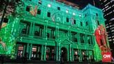 Gedung-gedung tua di pusat kota yang juga disiram cahaya lampu dengan beragam motif tiga dimensi.