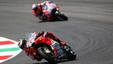 Jorge Lorenzo memimpin balapan MotoGP Italia dari awal hingga finis dan unggul 6,370 detik atas rekan setimnya di Ducati, Andrea Dovizioso. (REUTERS/Alessandro Bianchi)