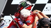 Jorge Lorenzo memeluk Direktur Pelaksana Ducati MotoGP Gigi Dall'Igna usai balapan MotoGP Italia 2018. (REUTERS/Alessandro Bianchi)