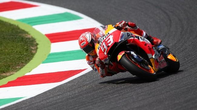 Pemuncak klasemen MotoGP 2018 Marc Marquez terjatuh di lap kelima dan gagal mendapatkan poin di MotoGP Italia setelah hanya finis di posisi ke-16. (REUTERS/Alessandro Bianchi)