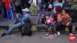 FOTO: Geliat Pemudik di Pasar Senen