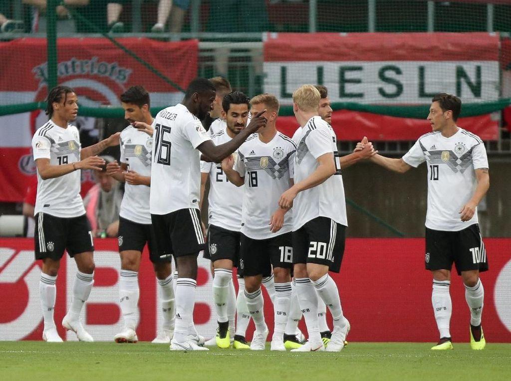 Juara bertahan Piala Dunia Jerman juga tak lebih unggul dari Brasil dalam urusan perbincangan netizen. Tim Panser hanya unggul satu peringkat dari Brasil berada di posisi nomor 6. Foto: Lisi Niesner/Reuters