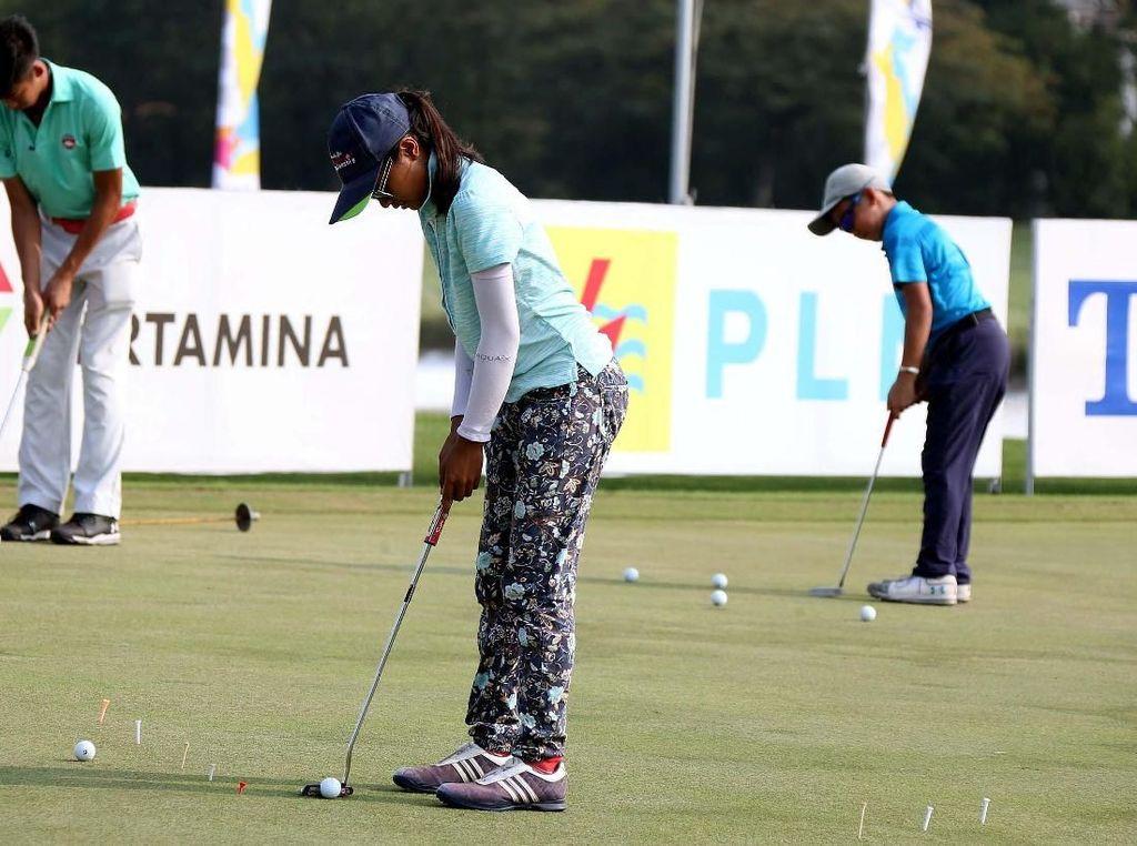 Para pegolf junior tengah berlatih sebelum mengikuti turnamen Himbara World Junior Golf Championship 2018 by Ciputra, di lapangan Damai Indah Golf, Jakarta, Senin (04/06/2018).