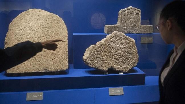 Menurut keterangan petugas museum, ratusan batu dan nisan ini diperkirakan berasal dari masa penyebaran Islam di China, yaitu pada 618-626 Masehi atau pada Dinasti Tang. Waktu itu, ada empat utusan Nabi Muhammad yang ditugaskan berdakwah ke China. (ANTARA FOTO/Nyoman Budhiana)