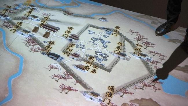 Pengunjung melihat denah bangunan dan tembok di kota Quanzhou pada zaman dahulu, Jumat (4/5). Quanzhou diperkirakan telah ada sejak abad ke-tiga Masehi dan memiliki kota administrasi sejak 260 Masehi. (ANTARA FOTO/Nyoman Budhiana)