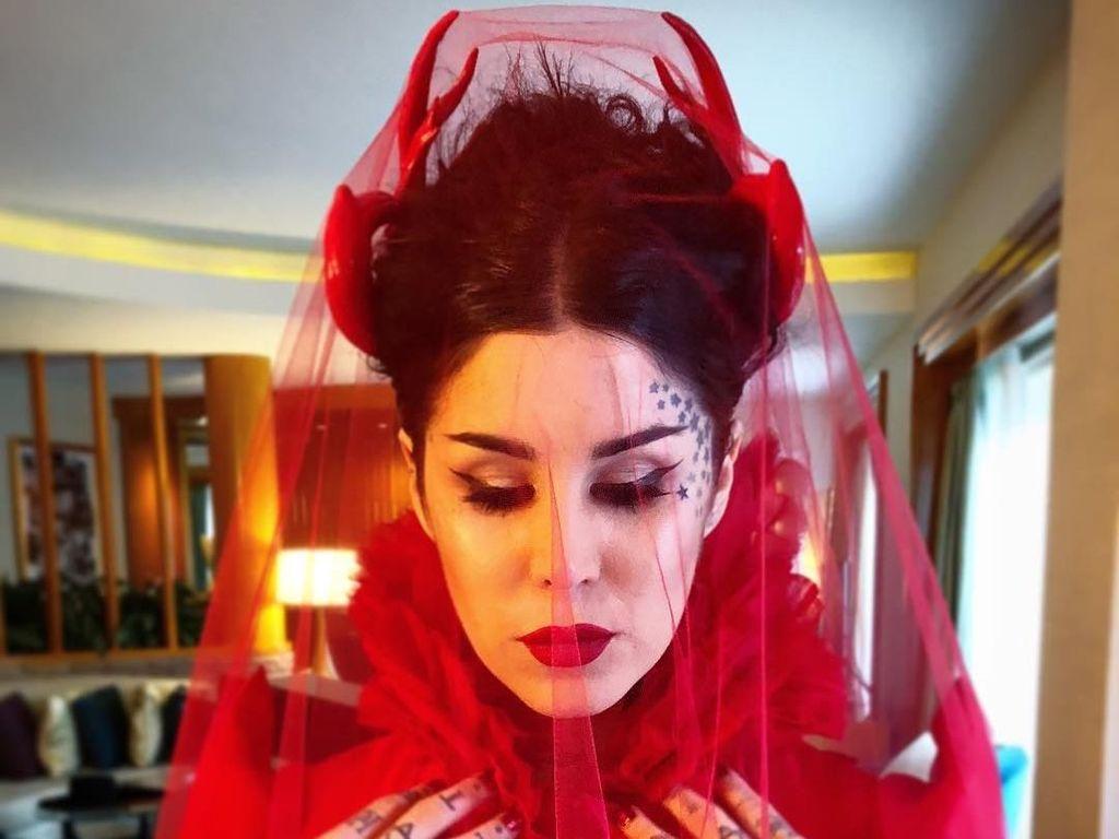 Seram... Artis Hollywood Ini Berdandan Mirip Setan China Saat Menikah
