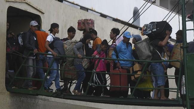 Sejumlah penumpang kapal Pelni Nggapulu asal Makassar, Sulawesi Selatan, turun dari tangga saat kapal yang mereka tumpangi tiba di Terminal Gapura Surya Nusantara, Pelabuhan Tanjung Perak, Surabaya, Jawa Timur, Senin (4/6). Warga memilih mudik lebih awal menghindari kepadatan arus mudik. (ANTARA FOTO/Zabur Karuru)
