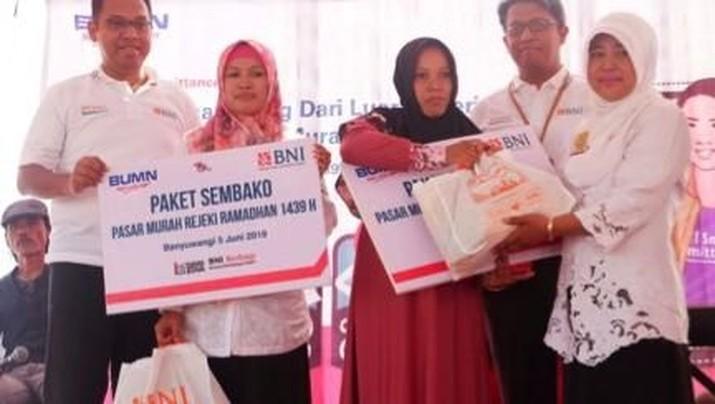 BNI menyalurkan 6.000 paket sembako murah kepada keluarga Pekerja Migran Indonesia (PMI).