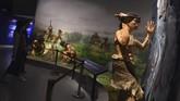 Pengunjung mengamati replika manusia purba di Gunung Helan, Ningxia.