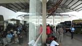 Calon penumpang beraktivitas di ruang tunggu Terminal Pulo Gebang, Jakarta Timur, Minggu (3/6). Dinas Perhubungan DKI Jakarta mempersiapkan fasilitas pendukung angkutan Lebaran seperti loket tiket, ruang tunggu kedatangan bus, posko kesehatan, lift barang dan perpustakaan baca gratis. (ANTARA FOTO/Risky Andrianto)