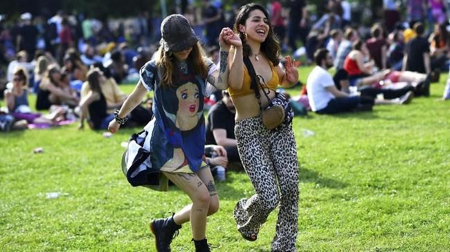 Field Day Festival mengusung acara tahunan konser musik yang digabung dengan berbagai wahana dan permainan khas gembira loka. Beberapa permainan tradisional pun diadakan di acara ini. (REUTERS/Dylan Martinez)