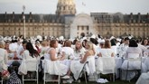 Gelaran tahunan yang sudah berlangsung sejak 1988 ini tak hanya putih dari busana para pengunjung, tapi juga dilengkapi dengan taplak meja yang juga putih. (REUTERS/Benoit Tessier)