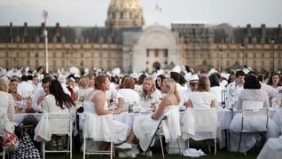 FOTO: Serunya Makan Malam dalam Balutan Serba Putih