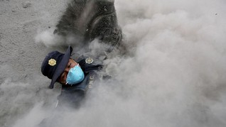 FOTO: Jerih Payah Petugas Penyelamat di Gunung Fuego