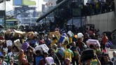 Sejumlah penumpang kapal Pelni Nggapulu asal Makassar, Sulawesi Selatan, tiba di Terminal Gapura Surya Nusantara, Pelabuhan Tanjung Perak, Surabaya, Jawa Timur, Senin (4/6). Sebagian warga memilih mudik lebih awal untuk menghindari kepadatan arus mudik Lebaran 2018. (ANTARA FOTO/Zabur Karuru)