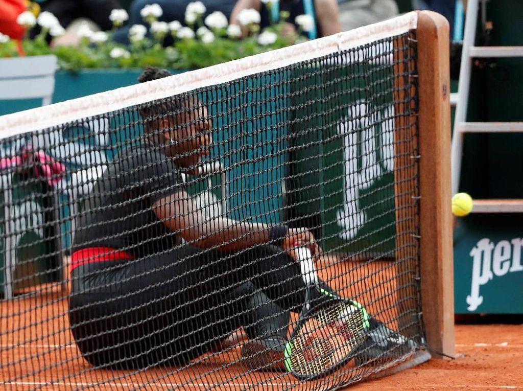 Selepas meninggalkan Paris, semoga Serena bisa pulih secepatnya dan kembali dengan pakaian superhero lainnya, ya. (Foto: Pascal Rossignol/Reuters)