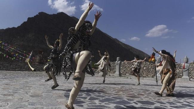 Sekelompok penari menampilkantarian berkisah tentang kehidupan manusia purba yang bermukim di kawasan Gunung Helan dalam festival seni budaya di Ningxia,China, pada pekan kemarin.
