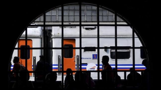 Siluet penumpang kereta Matarmaja tujuan Malang, Jawa Timur, menunggu kedatangan kereta di Stasiun Senen, Jakarta, Senin (4/6). PT Kereta Api Indonesia (Persero) mengoperasikan 20 kereta tambahan untuk mudik Lebaran dengan total 40 perjalanan mulai 5 Juni hingga 26 Juni 2018. (ANTARA FOTO/Sigid Kurniawan)