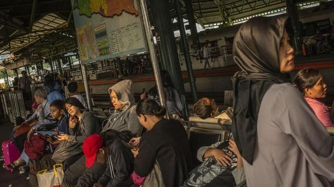 Calon pemudik menunggu kedatangan kereta di Stasiun Gambir, Jakarta, Selasa (5/6). PT Kereta Api Indonesia (Persero) menetapkan masa angkutan Lebaran 2018 mulai tanggal 5-26 Juni 2018 atau selama 22 hari dihitung dari H-10 hingga H+10. (ANTARA FOTO/Aprillio Akbar)