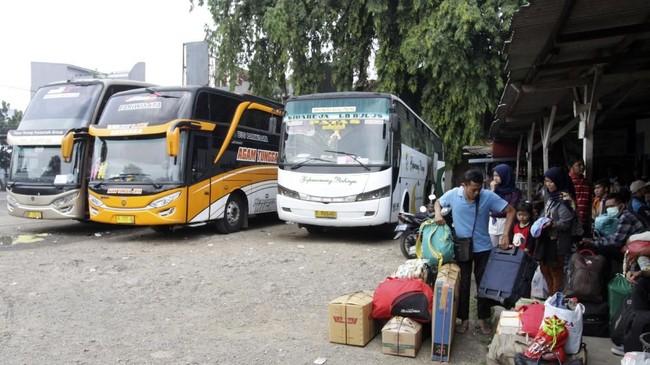 Sejumlah calon pemudik menunggu keberangkatan bus di Terminal Bayangan Pondok Pinang, Jakarta, Senin (4/6). Terminal bayangan itu masih banyak diminati calon pemudik pada Lebaran 2018. (ANTARA FOTO/Reno Esnir)