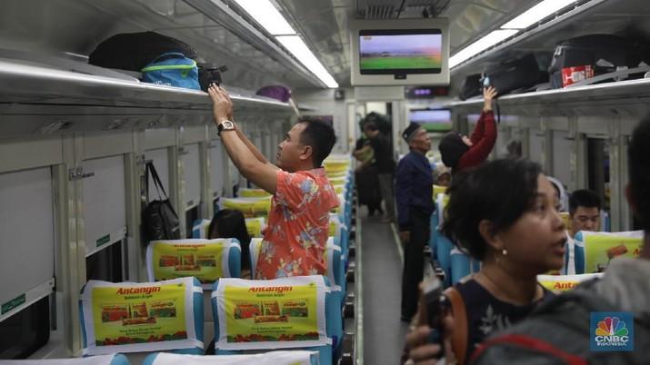 Penumpang menaiki Kereta Api Taksaka jurusan Jogjakarta-Gambir di stasiun Gambir, Jakarta Pusat. Selasa, (5/6). Memasuki minggu ketiga bulan Ramadan, sejumlah pemudik mulai memadati Stasiun Gambir, rata-rata pemudik mengaku memilih berangkat lebih awal guna menghindari terjadinya lonjakan penumpang arus mudik pada saat jelang mendekati Lebaran. (Penumpang menaiki Kereta Api Taksaka jurusan Jogjakarta-Gambir di stasiun Gambir, Jakarta Pusat. Selasa, (5/6). Memasuki minggu ketiga bulan Ramadan, sejumlah pemudik mulai memadati Stasiun Gambir, rata-rata pemudik mengaku memilih berangkat lebih awal guna menghindari terjadinya lonjakan penumpang arus mudik pada saat jelang mendekati Lebaran.)