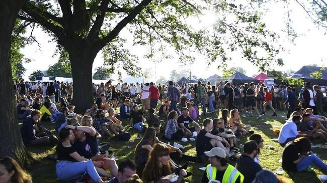 Para pengunjung duduk di bawah terik sinar matahari saat mengikuti Field Day Festival di Brockwell Park, London, 2 Juni 2018. Setiap tahunnya, Field Day Festival diadakan di taman di ibu kota Britania Raya tersebut.(REUTERS/Dylan Martinez)