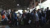 Santri dari berbagai Pondok Pesantren menunggu kedatangan KA Gaya Baru tujuan Jakarta di Stasiun Jombang, Jawa Timur, Sabtu (2/6). Ribuan santri memilih mudik Lebaran 1439 H lebih awal menggunakan Kereta Api, karena bertepatan dengan libur Pesantren yang sudah dimulai Sabtu (2/6). (ANTARA FOTO/Syaiful Arif)