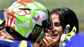 Rossi dan Francesca Pamer Kemesraan di MotoGP Italia