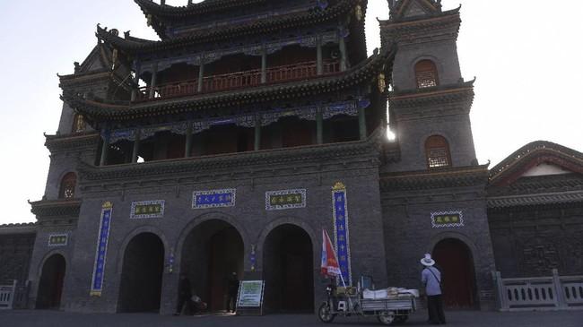 Umat Islam Ningxia saling bercengkrama usai mengikuti salat Ashar.Masjid Najiahu yang merupakan pusat ibadah sekitar 5.000 warga Muslim yang menetap di Ningxia.