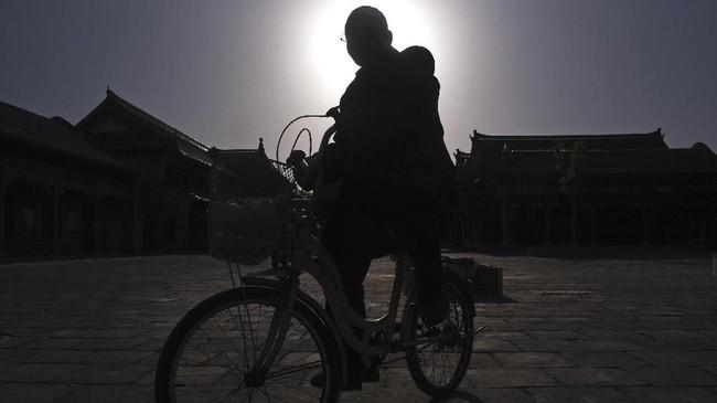 Umat Islam Ningxia menaiki sepedanya usai mengikuti salat Ashar Masjid Najiahu. Masjid yang dibangun tahun 1524 pada masa pemerintahan Kaisar Jiajing Dinasti Mingini memiliki luas sekitar 9.000 meter persegi. Letaknya 20 kilometer dari pusat kota Yinchuan.