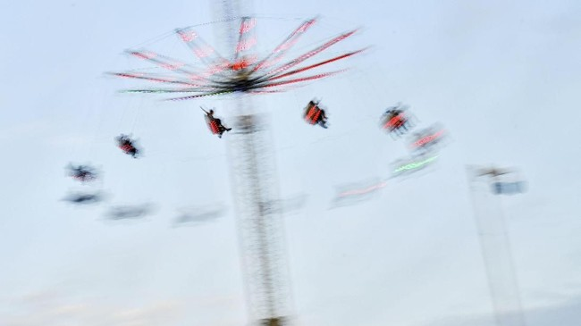 Para pengunjung Field Day dapat menikmati berbagai wahana untuk bersenang-senang, salah satunya seperti ontang anting. (REUTERS/Dylan Martinez)