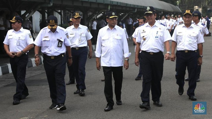 Menteri Perhubungan Budi Karya Sumadi masih belum menyetujui proyek kereta cepat Jakarta - Surabaya karena biaya terlalu mahal.