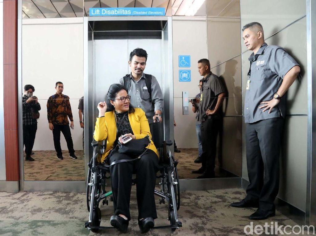 Atlet mengecek lift untuk disabilitas.