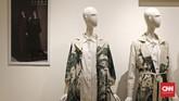 Ciri khas desain Itang, khususnya dalam busana muslim tampak dari desain busana longgar dan hijab yang simpel. Ia juga kerap mengeluarkan koleksi busana yang kaya motif dan menggunakan tenun asli Nusantara. (CNN Indonesia/Andry Novelino)