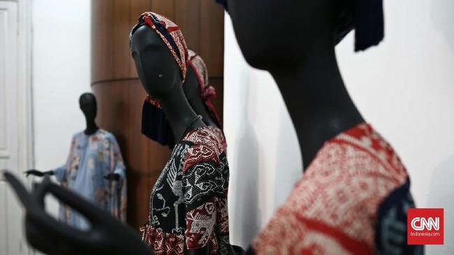 Awalnya Itang merancang adibusana, gaun malam dan busana siap pakai. Kini, ia punya lima label busana; Itang Yunasz (lini utama), Tatum (busana kerja), Marrakech (busana muslim untuk anak muda), Preview (busana muslim pria), Kamilaa (busana muslim perempuan) dan Allea (busana perempuan). (CNN Indonesia/Andry Novelino)