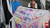 Itang dan timnya mulai menggodok koleksi busana setahun atau enam bulan sebelum dijual ke pasaran. Seperti baju bertemakan Asian Games 2018 ini siap diproduksi menyambut ajang multiolahraga itu. (CNN Indonesia/Andry Novelino)